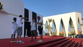 صور.. إدارة عمرو دياب تصل الجونة استعدادا لتنظيم حفله بالختام