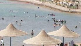 مواطنون على شاطئ العام بالنادي الاجتماعي بالغردقة بأول يوم بعد فتحه
