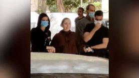 انهيار ابنة الفنانة نادية العراقية أثناء تشييع جنازة والدتها: «وداعا»