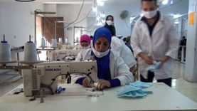 بأيدي فتيات الأسمرات.. كمامات وملابس بماركات عالمية للتصدير