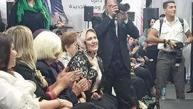 "السلاب يقبل رأس والدته ويكرمها في مؤتمر انتخابي: ""هي سر نجاحي"""