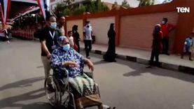 صور.. ذوو الإعاقة يتحدون ظروفهم بمشاركتهم في انتخابات «الشيوخ»