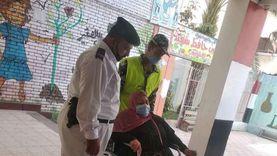 الشرطة تساعد كبار السن للإدلاء بأصواتهم في انتخابات الشيوخ ببورسعيد