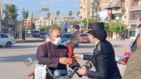 شرطة كفرالشيخ توزع الحلوى في الشوارع.. ومواطنون: «افتكرناه كمين» (صور)