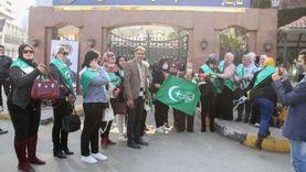 عضوات بـ«الوفد» يقدمن الورود لرجال الشرطة: عيدهم لكل المصريين