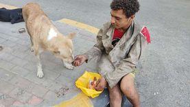 """رحمته غلبت جوعه.. """"جاد"""" أطعم الكلاب وجبة نالها بالصدفة: """"مجرب إحساسهم"""""""