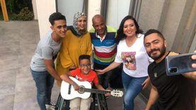 """تامر حسني يستجيب لبطل """"الهمم"""" ويستضيفه في منزله ويهديه كرسي وجيتار"""