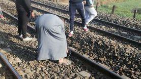 كواليس إنقاذ سيدة حاولت الانتحار أسفل قطار في الصعيد (فيديو)