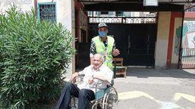"""مسن بعد بحثه عن اسمه بين اللجان ببورسعيد: """"حثيت أحفادي على التصويت"""""""