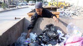 """رغم كورونا.. """"سيدة"""" وأسرتها تنبش في القمامة بحثا عن لقمة عيش"""