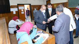 رئيس جامعة أسيوط يتفقد سير الامتحانات الفرقة الثالثة بـ«علوم وصيدلة»