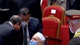 كواليس مصافحة السيسي لـ عمر هاشم: رفض قيامه واطمأن على صحته وأحواله