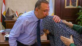 محافظ الإسكندرية يتوقف بسيارته للاستماع لشكاوى المواطنين