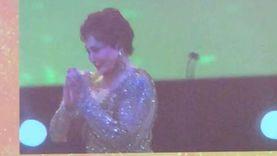 لحظة سقوط الفنانة لبلبة أثناء كلمتها في مهرجان الجونة.. «فيديو»