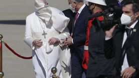 الأمن العراقي يعلق صلبانا على صدور ضباطه خلال استقبال البابا (صور)