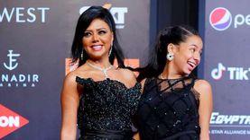 سر ظهور رانيا يوسف وابنتها بفستان بدون بطانة