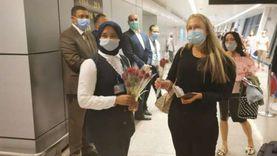 مطار الغردقة يستقبل سائحين سويسريين بالورود والشيكولاتة والكشف الطبي