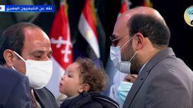مصر لا تنسى أبناءها.. السيسي يكرم طبيبا فقد بصره أثناء عمله