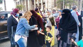 «سحر» قبطية تحتفل بعيد الفطر بتوزيع الكحك على المصلين بالإسكندرية «صور»