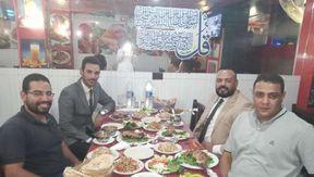 الشاب محمد برفقة أصدقائه أثناء الاحتفال