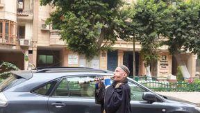 أبو عبدالله يونس خلال عزفه في الشارع