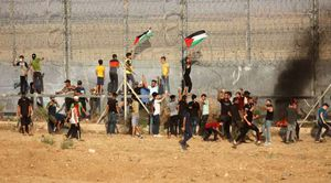 مظاهرات فلسطينية بالقرب من الجدار العازل
