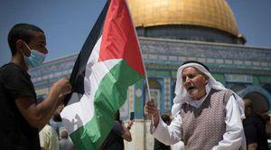 مسن يحمل علم فلسطين في القدس