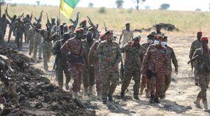 رئيس مجلس السيادة الانتقالي السوداني عبد الفتاح البرهان وسط جنوده على الحدود الأثيوبية السودانية