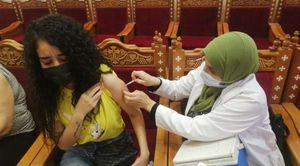 تطعيم أحدى الفتيات بلقاح كورونا- صورة أرشيفية
