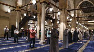 يؤدي المسلمون اليوم صلاة التراويح في أول ليلة برمضان