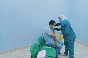 تطعيم المواطنين بلقاح كورونا بمستشفى بني سويف الجامعي