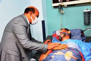 محافظ أسوان يزور نقيب الأشراف في المستشفى
