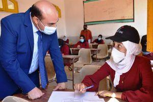 محافظ أسوان يطمئن على تطبيق الإجراءات الاحترازية بامتحانات الدبلومات