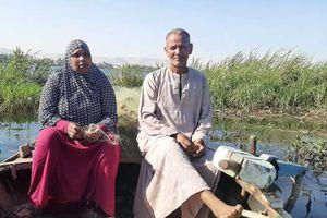 رحلة كفاح صياد وزوجته في نهر النيل بقنا