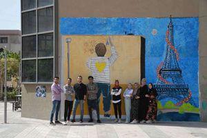 تربية بالالوان مبادرة شبابية لصناع السعادة تحول جدران كلية التربة جامعة المنصورة للوحات فنية