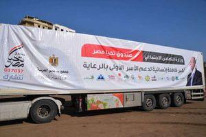 محافظ الدقهلية يستقبل قافلة تحيا مصر للمساعدات الانسانية ويأمر بتوزيعها على الاسر الأولى بالرعاية - تصوير سمير وحيد