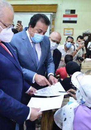 جوله وزير التعليم العالى مع رئيس جامعه القاهرة