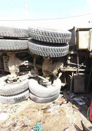 حادث انقلاب سيارة محملة بطمي بطريق المنصورة سندوب تصوير سمير وحيد