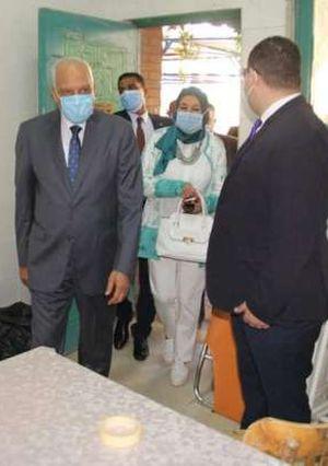 محافظ الجيزة يشارك الطلاب طابور الصباح بمدرسة أحمد بهجت الرسمية لغات