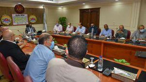 محافظ مطروح خلال اجتماعه بمسئولى تنفيذ مشروعات مصر الخير بقرى برانى