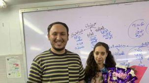 مدرس يعتذر لطالبته ببوكيه شوكولاته بعد منعها من الحصة: «بنسيب أثر طيب»