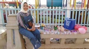 «بسنت» طالبة جامعية تبيع الحلوى على شواطئ الإسكندرية: «الشغل مش عيب»