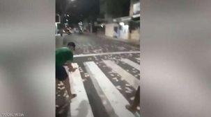 فيديو.. 30 لصا يسرقون بنكا عن طريق المتفجرات ويرمون الأموال بالشارع