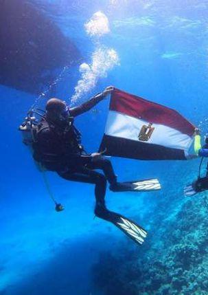 الطفل آدم يحمل علم مصر في الأعماق