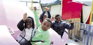 الأطفال اللاجئون يستمتعون بالملاهى