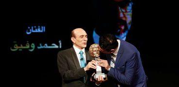 محمد صبحي مع أحد المكرمين