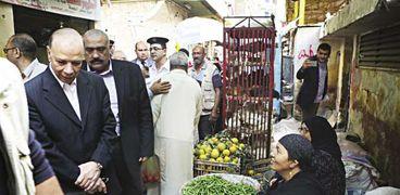 محافظ القاهرة خلال جولته فى إحدى الأسواق الشعبية