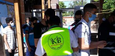 فريق شبابي تطوع لتوفير كمامات وجلافز لطلاب الثانوية بالأقصر