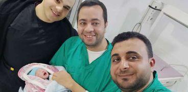المولود وطبيب النساء والولاده محمد الحوفي وطبيب الأطفال وطبيب آخر