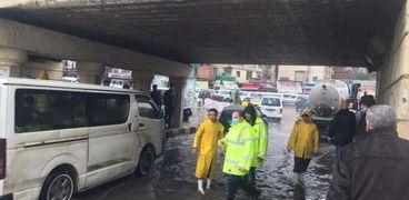 رئيس شركة الصرف الصحي يتابع كسح مياه الأمطار بنفق المندرة بالإسكندرية